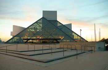 800px-Rock-and-roll-hall-of-fame-sunset.jpg