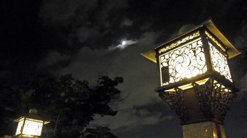 月と常夜灯R0153283.jpg